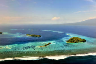 This image displays a section of the Marovo Lagoon i the Solomon Islands