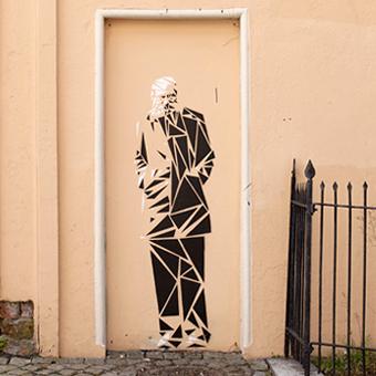 Bilde av gatekunsten av smiley på universitetsveggen