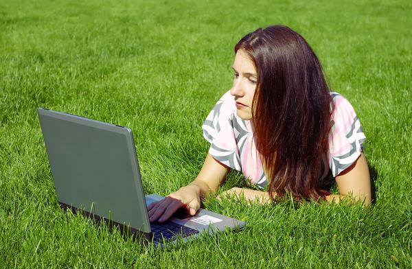 Student med PC i graset