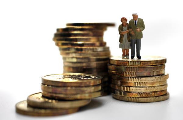 Viser miniatyrbilde av et eldre par som står oppå en stabel med mynter