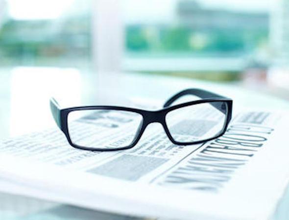 Bilde av briller og avis