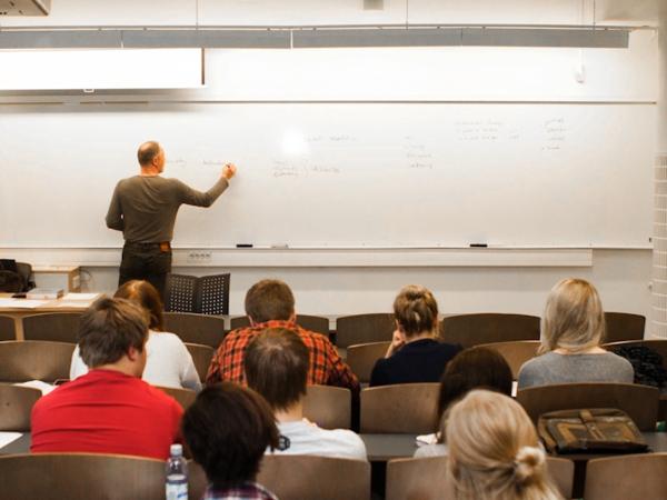 Mann underviser på whiteboard