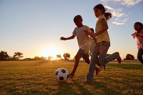 Barn som spiller ball
