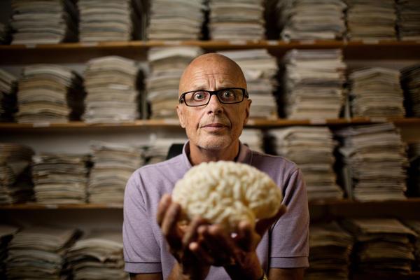 Kenneth Hugdahl holder en avstøpning av sin egen hjerne