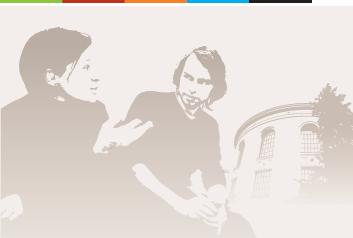 Illustrasjonsfoto av to ansatte med universitetsmuseet i bakgrunnen.