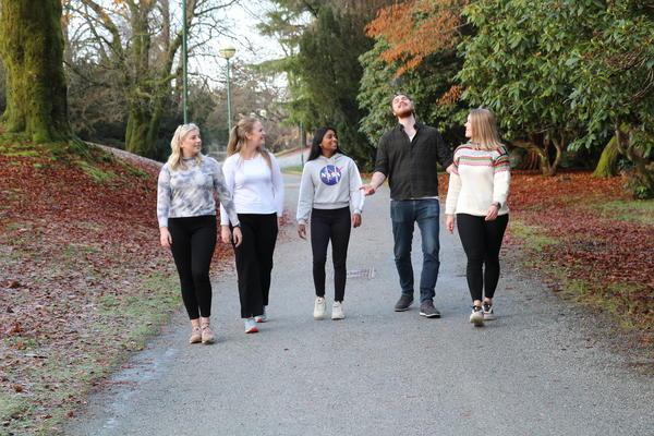 5 studenter ute i Nygårdsparken