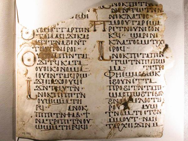Gamal tavle med koptisk språk.