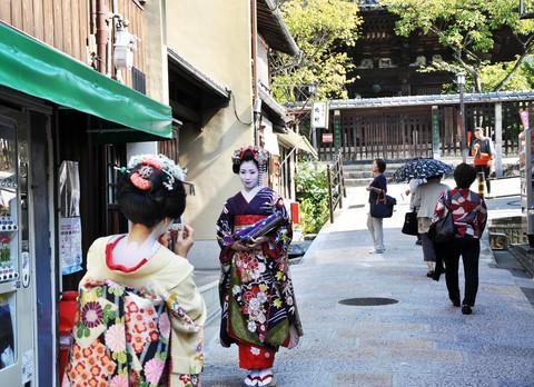 To geishaer ute på gaten