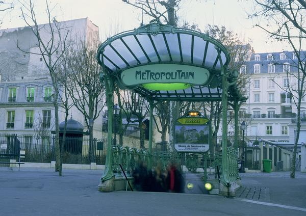 Bilde av metrostopp i Paris