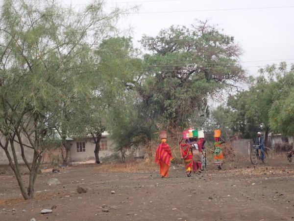 Kvinner som bærer vann på hodet, Zambia