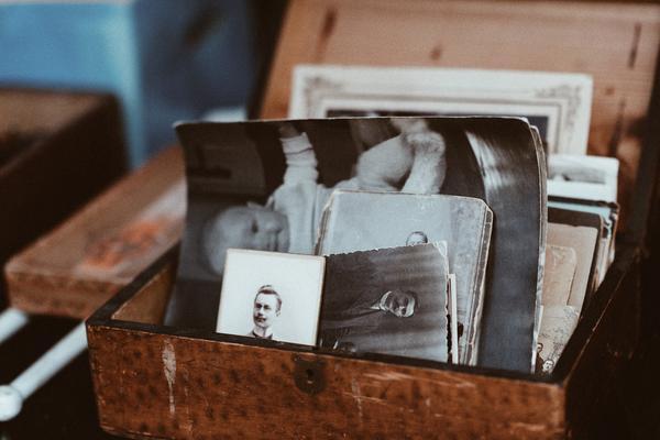 Gamle bilder i en boks
