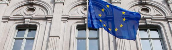 Fasade med EU-flagg i forgrunn