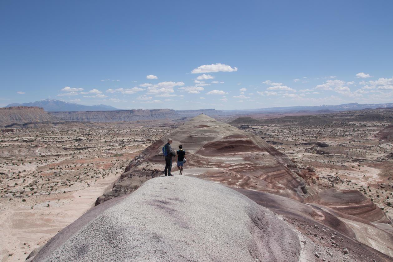 Bilde av to mennsker som ser ut over landskapet i Utah