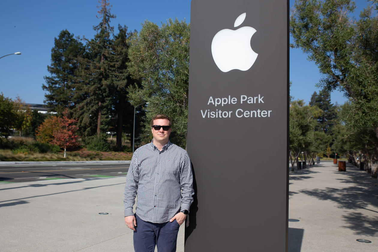 Bilde av Øyvind foran Apple