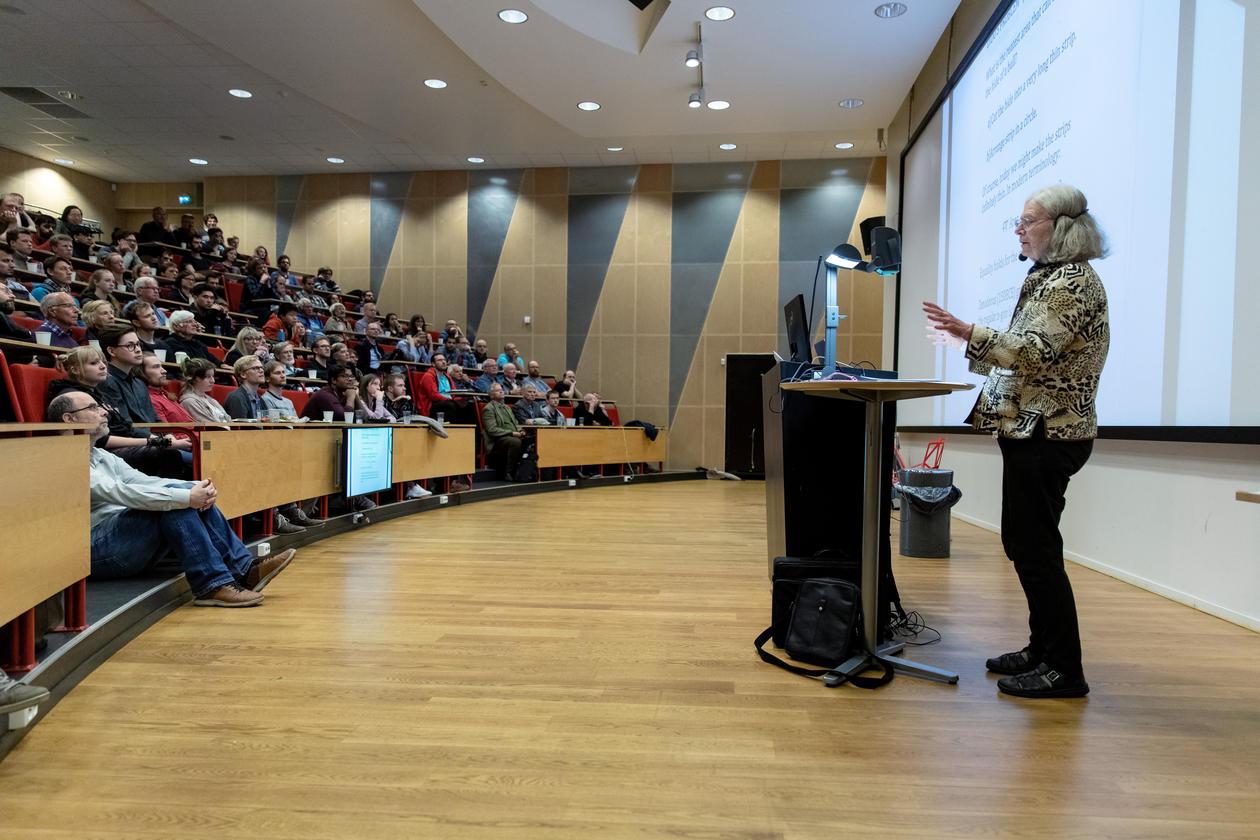 Karen Uhlenbeck føreles i Nash-auditoriet, VilVIte