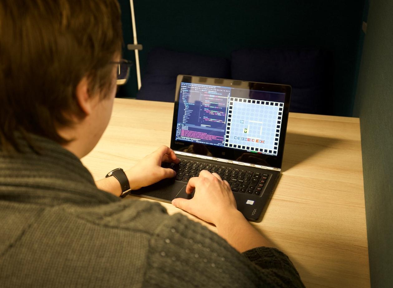 Oskar ser på PC-skjermen