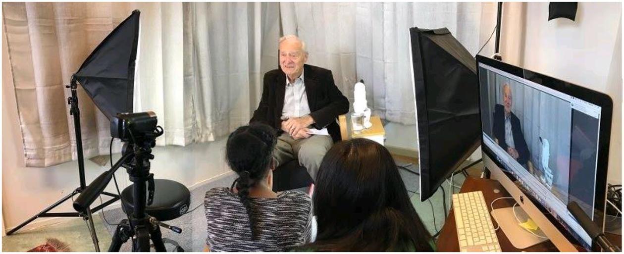 Bilde av intervjusituasjon i studio hvor elever ved Fridalen skole intervjuer tidligere elever i forbindelse med 80-årsjubileet.