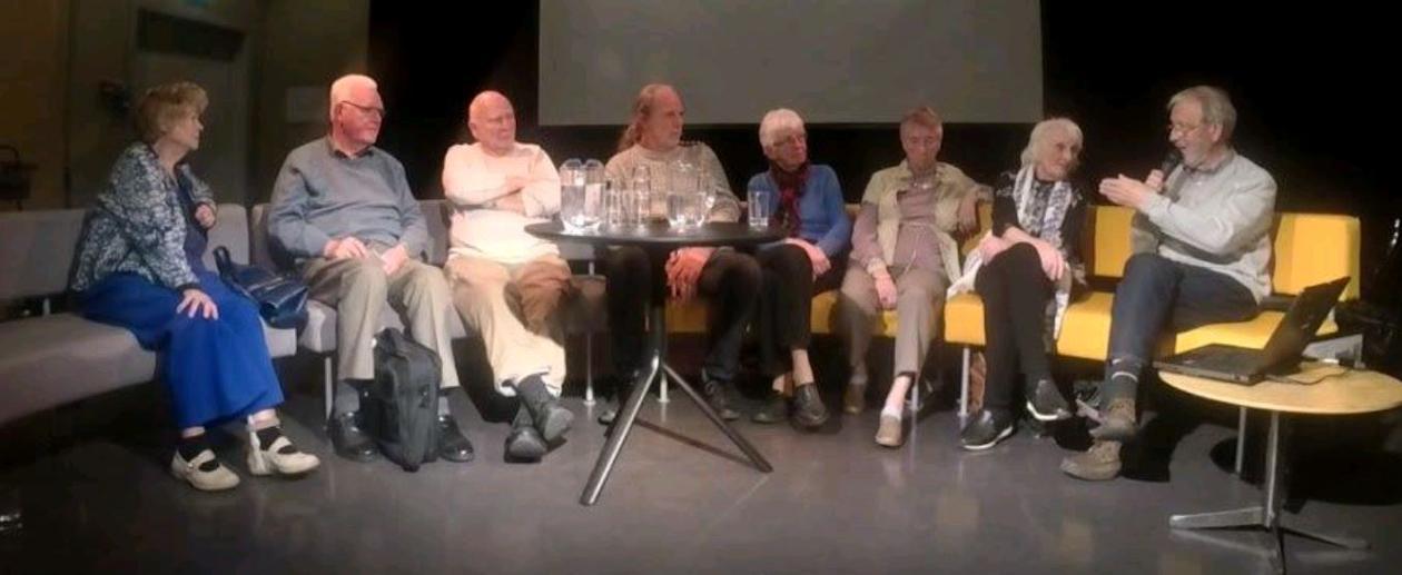 Panel med flere mennesker som blir intervjuet om sine barndomsopplevelser fra eksplosjonsulykke på Vågen i 1944.