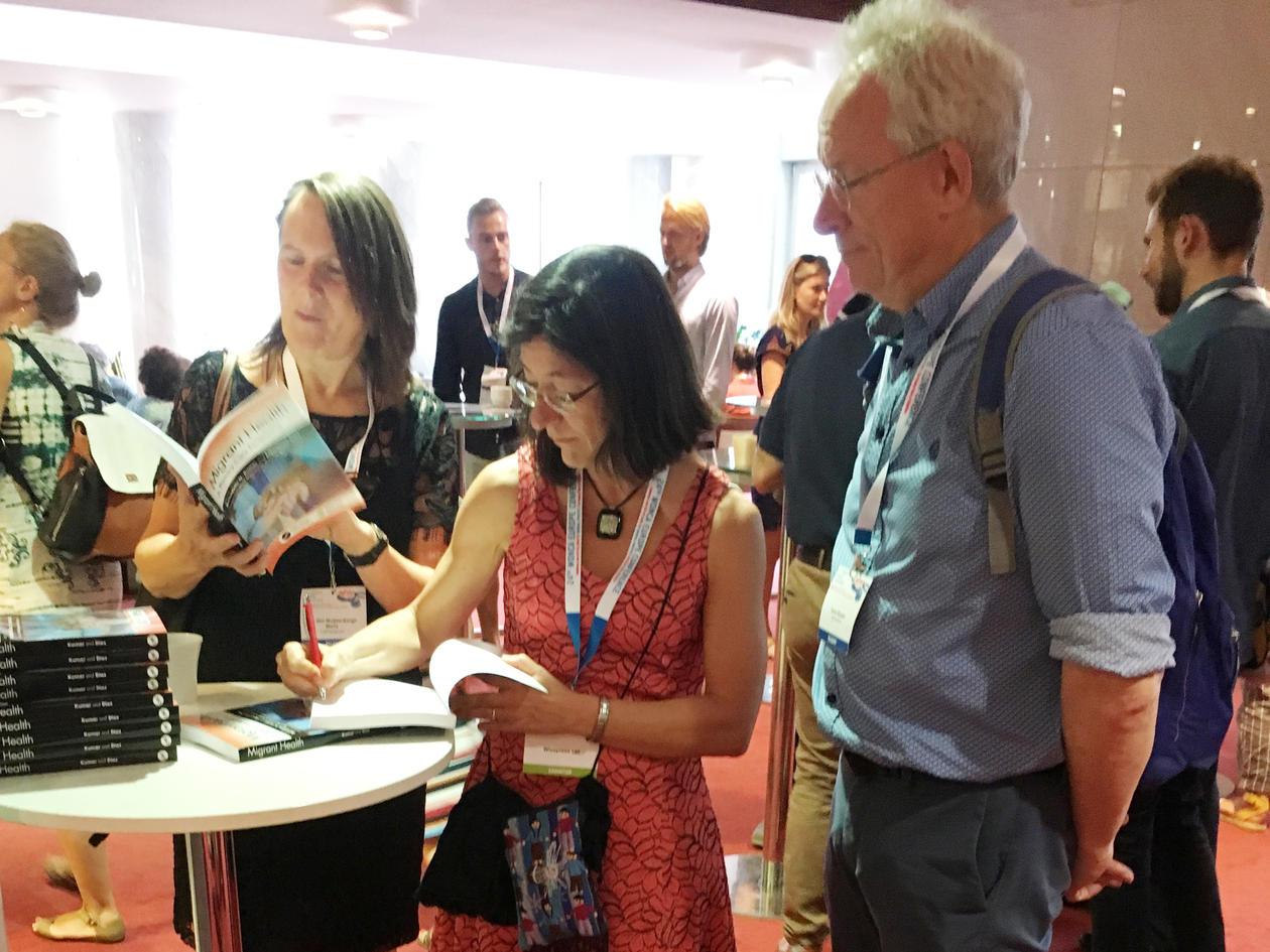 Ezperanza Diaz signerer bok på stand i Bratislava.