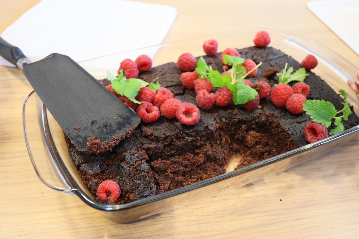 Brownieskake med bringebær på toppen