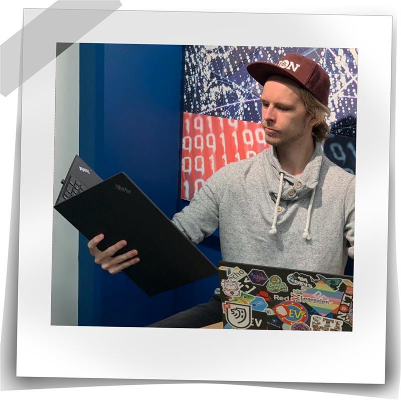 Mann som holder en PC som en bok