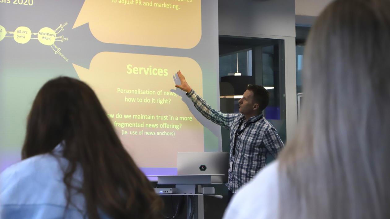 Frode Drønen fra TV 2 snakker for studentene