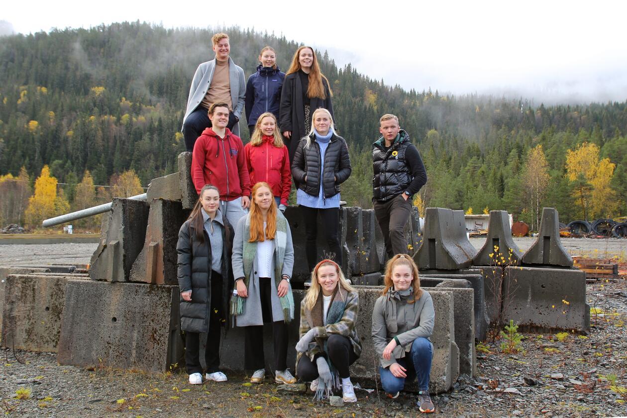 Gruppe med studenter foran et fjell