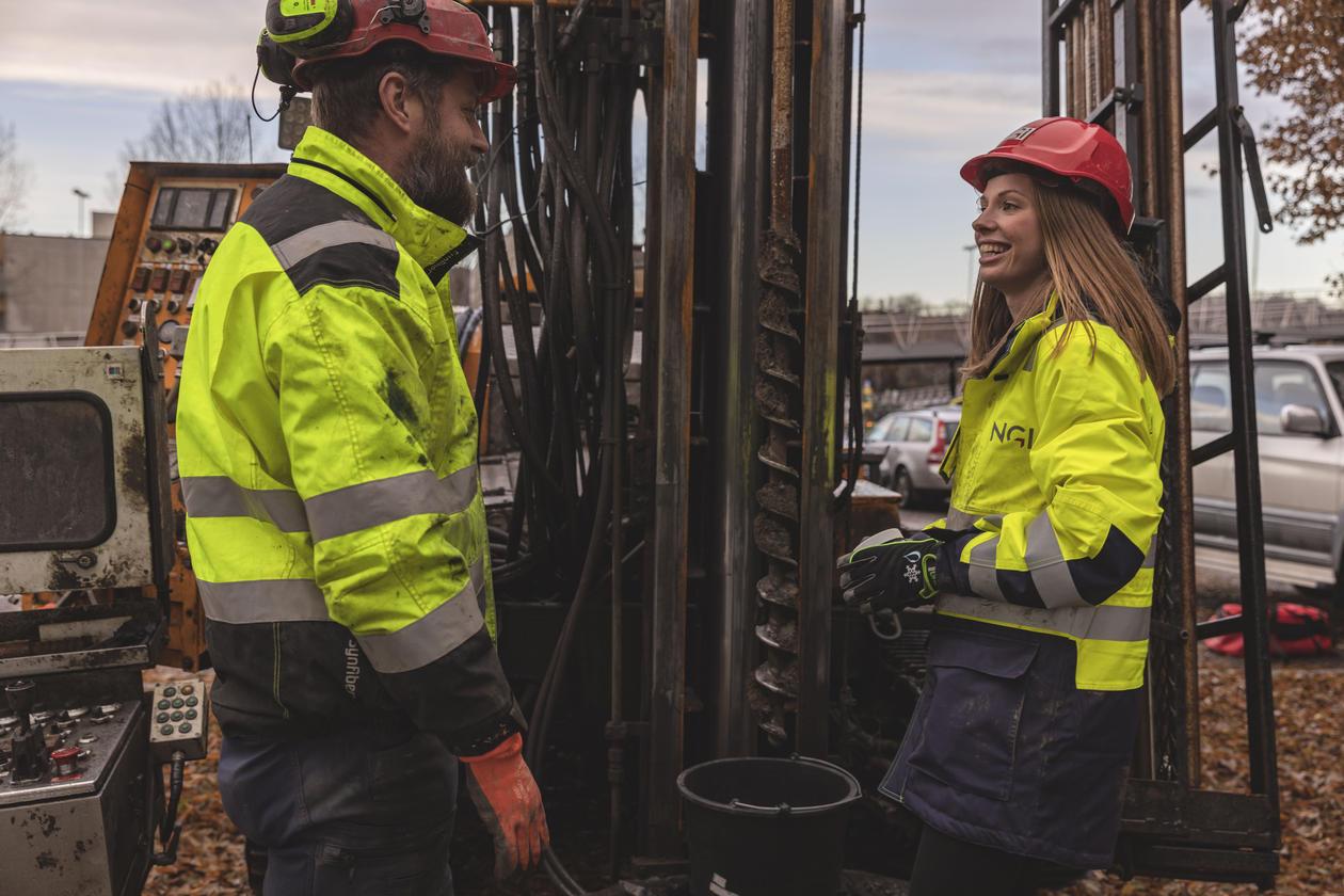 Heidi og en kollega i felt