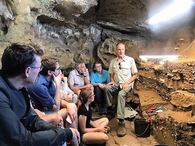 Henshilwood med delegasjon av forskere i Blomboshulen