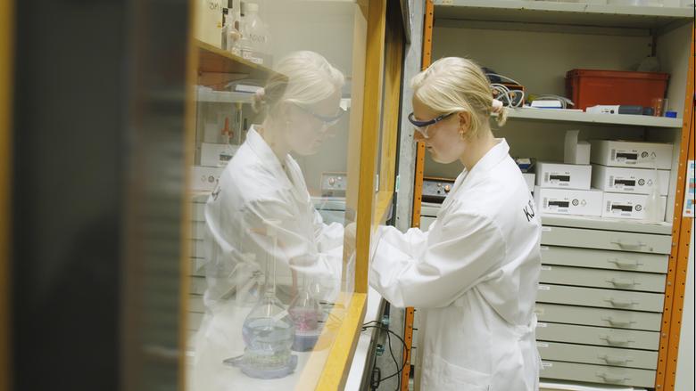 en student med vernebriller på kjemilab