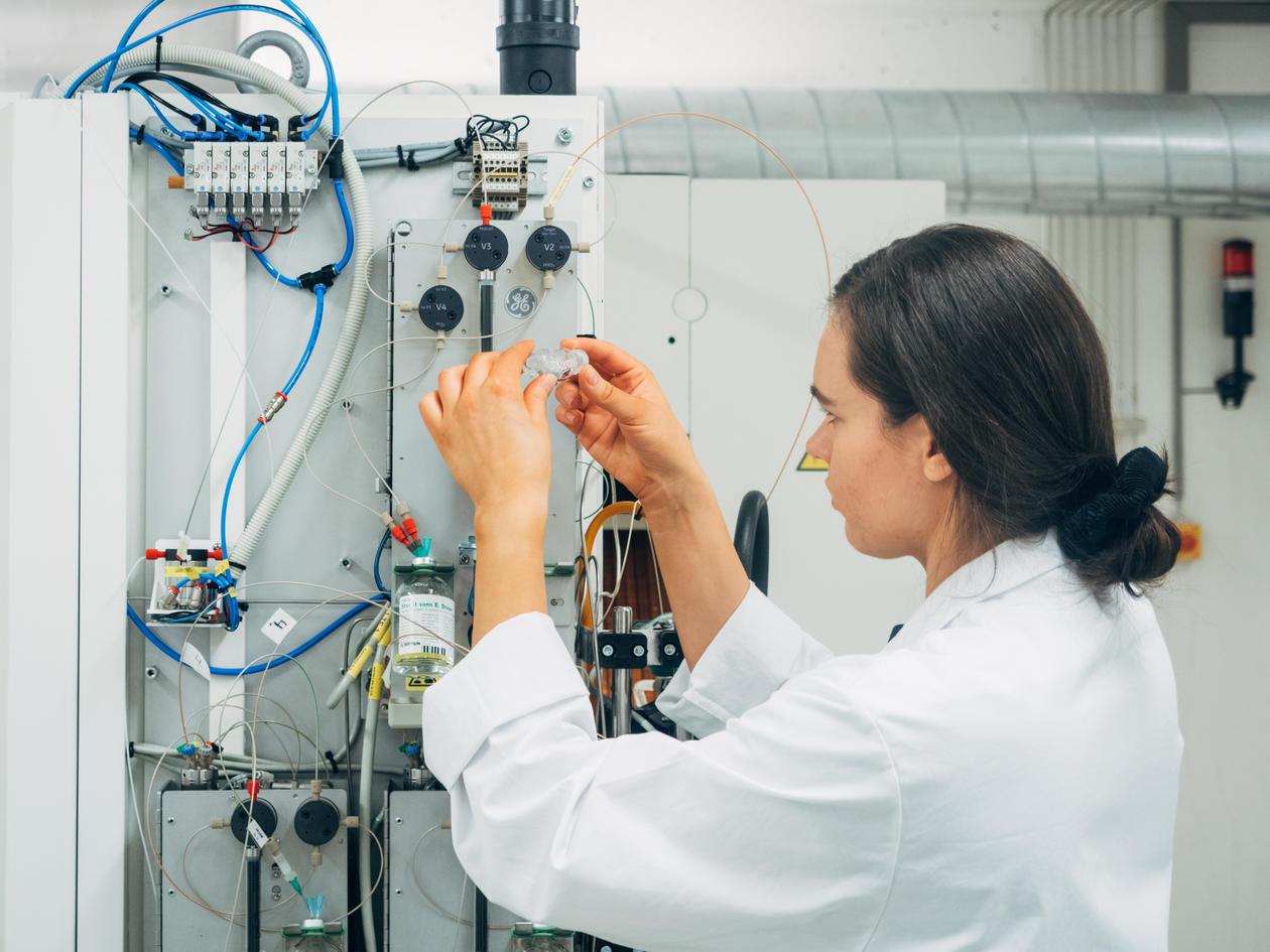 Karolina viser noe av utstyret de bruker inne på laben hvor hun jobber