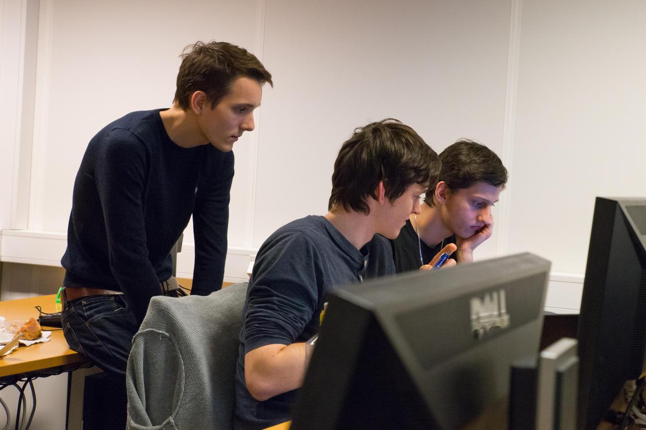 Moomin konsentrer seg. Fra venstre: Adrian Reithaug, Jan Knížek og Andreas Vikne.
