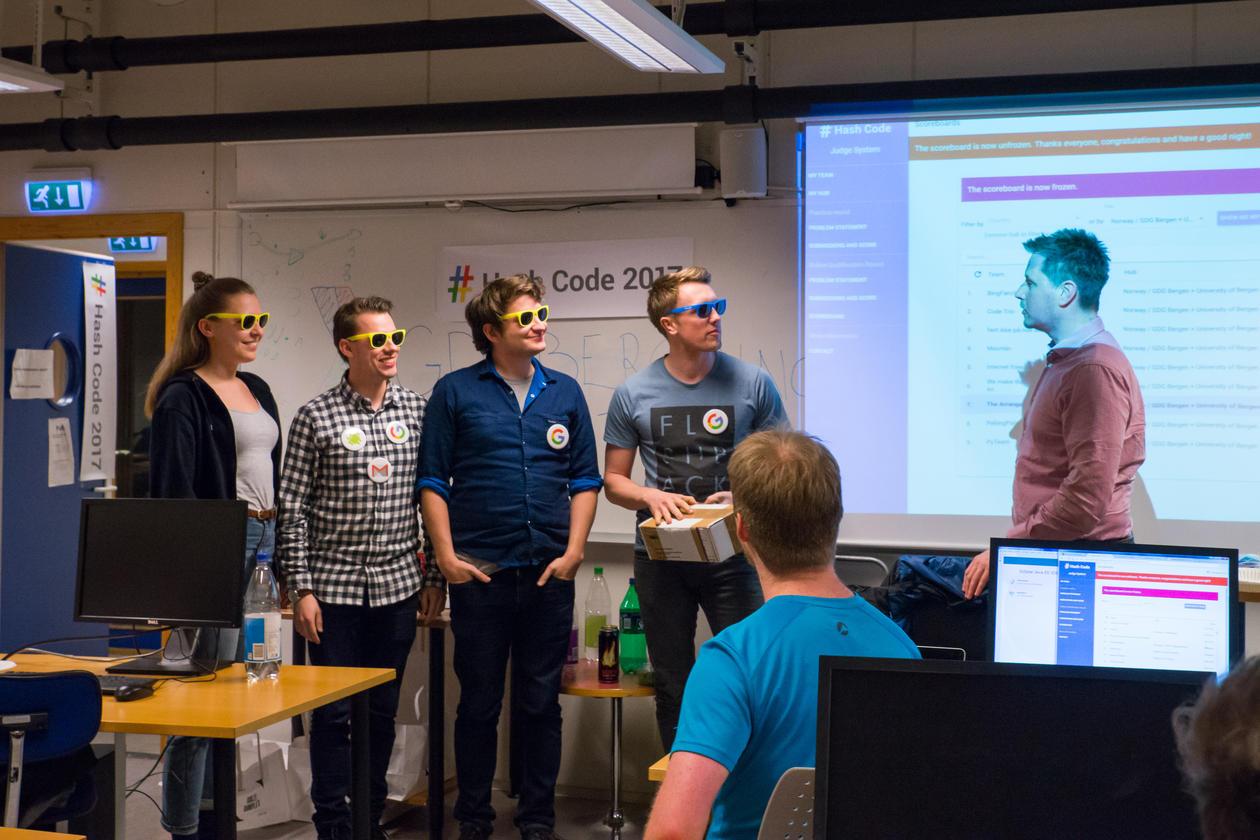 BingFanclub mottar førstepremien sponset av GDG Bergen og Booster. Fra venstre: Ragnhild Aalvik, Knut Anders Stokke, Øyvind Haarberg, Kristian Rosland og arrangør Håkon Nilsen.