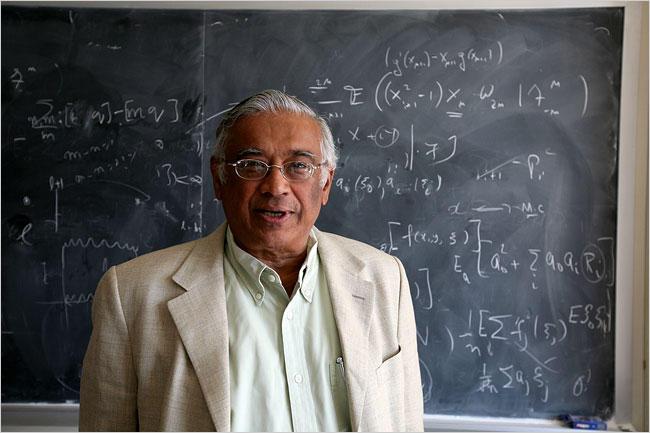 Profilbilde av Srinivasa Varadhan med tavle med formler i bakgrunnen.