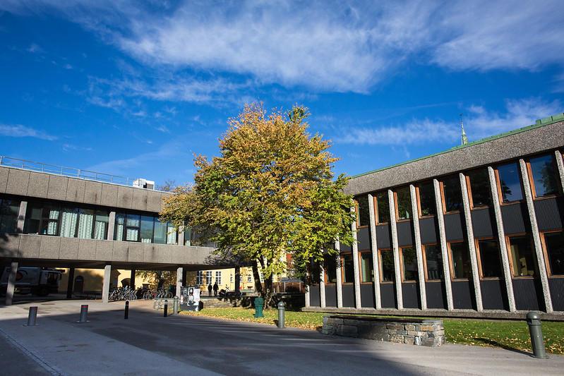 Bilde av bygg på HF-fakultetet med tre i front