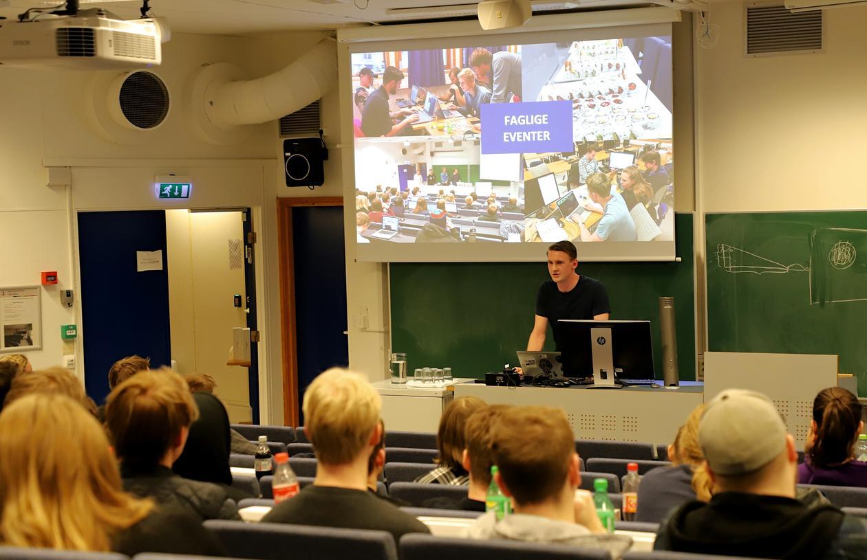 Student snakker i auditorium