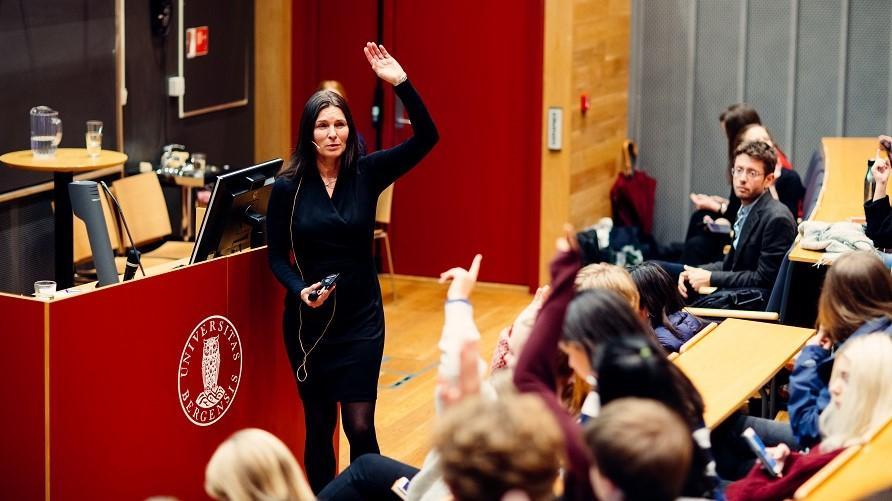 Professor Marit Skivenes holder foredrag under Forskningsdagene UNG i Egget på Studentsenteret.