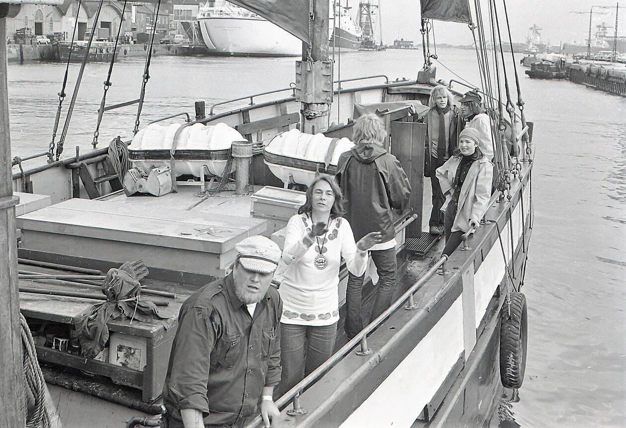 Aktivister fra den danske miljøbevægelse  NOAH på Kvæsthusbroen i København den 29. maj 1972. Aktivisterne er med  skib på vej til Stockholm for at deltage i aktiviteter i forbindelse med  FN's første miljøkonference. Foto: Niels Juul Busch