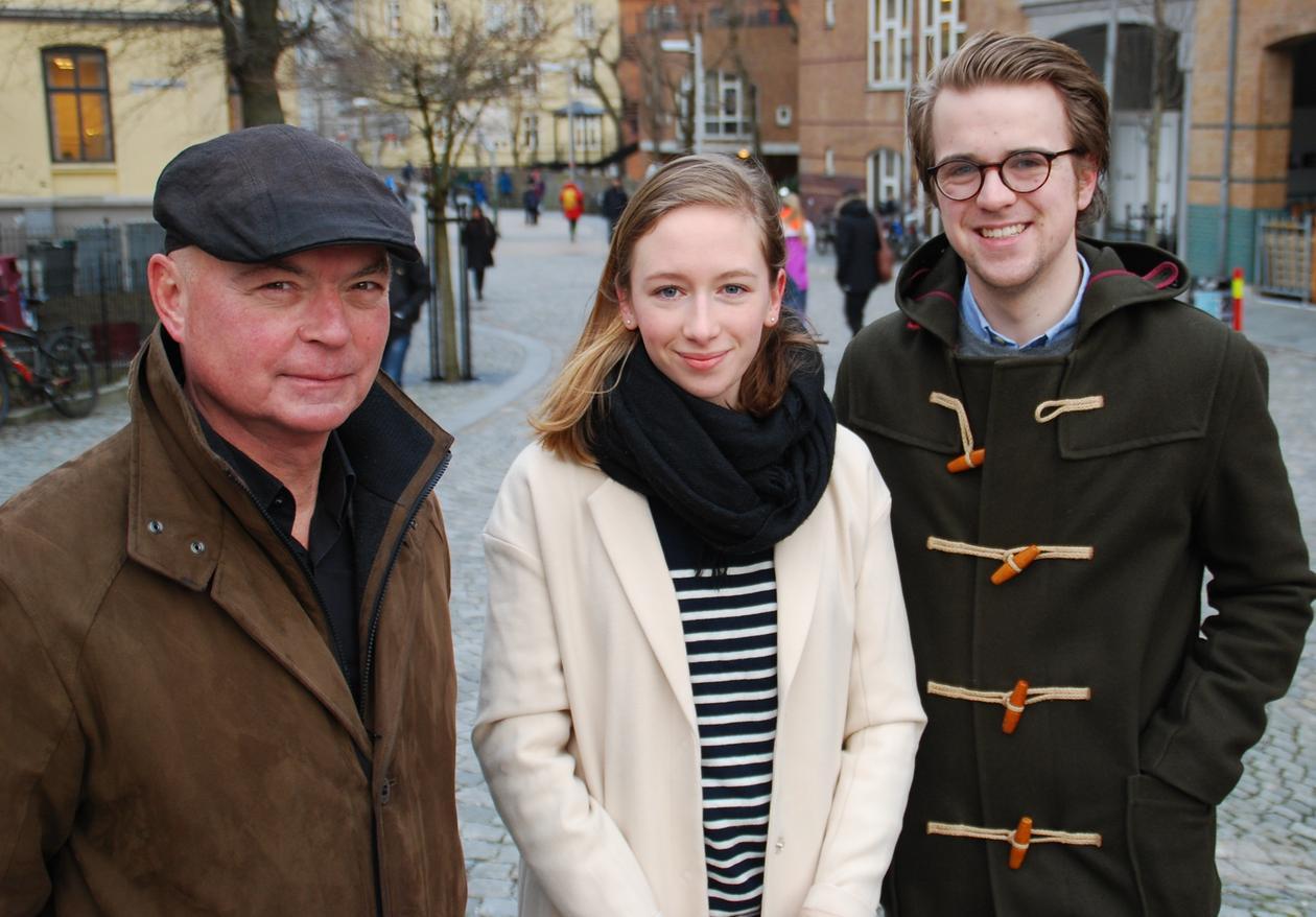 Juryen for UiB og BTs skrivekonkurranse, Anders Johansen, Britt Kristine Ludvigsen og Mathias Fischer samlet utendørs på Nygårdshøyden.