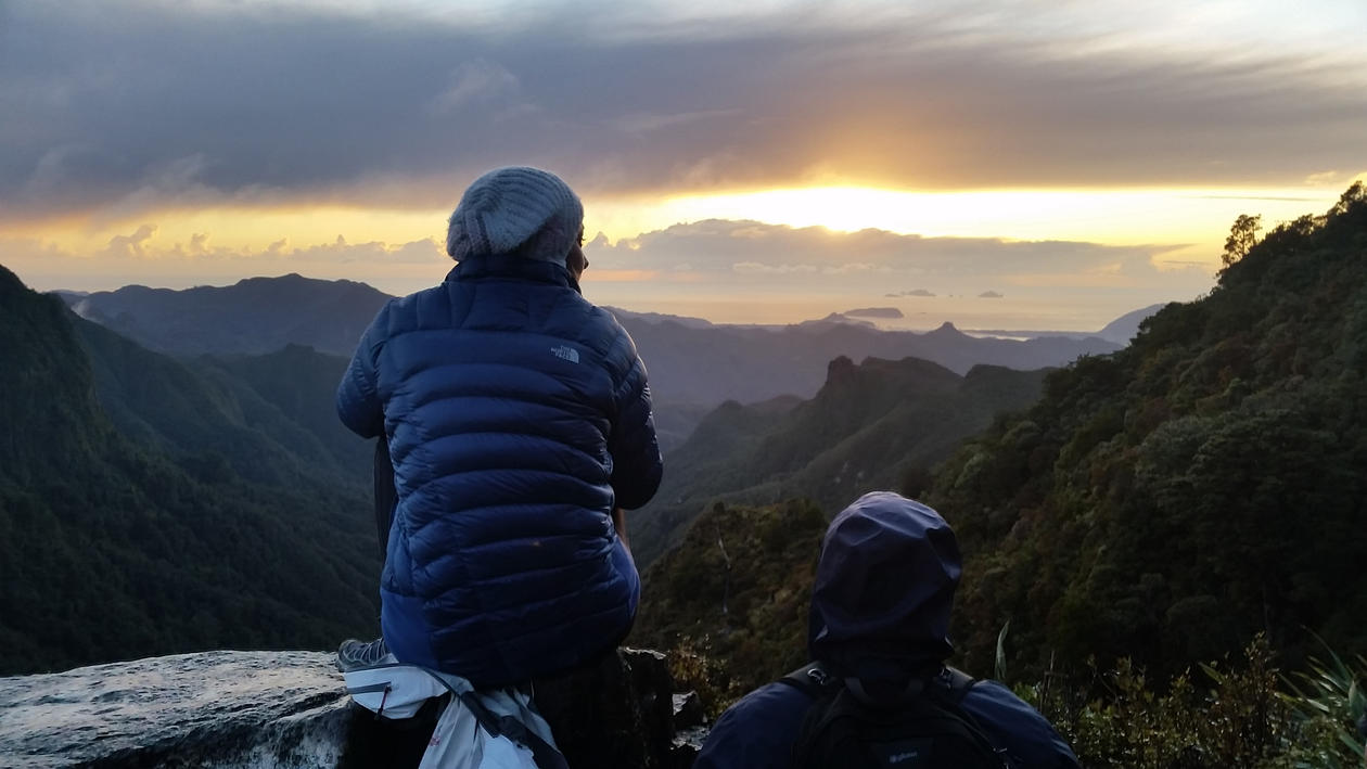 Student i solnedgang ved fine fjell