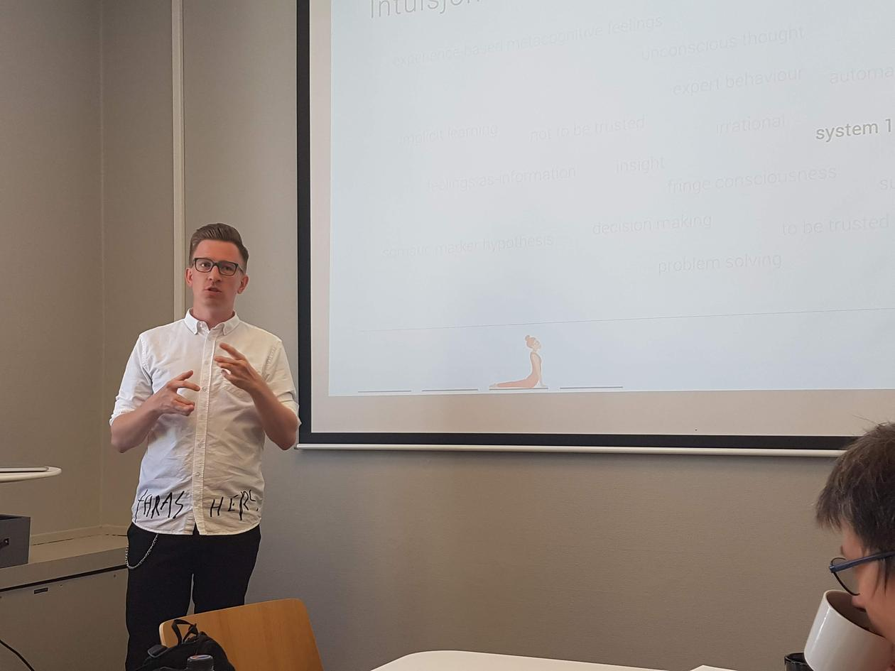Hedne presenting