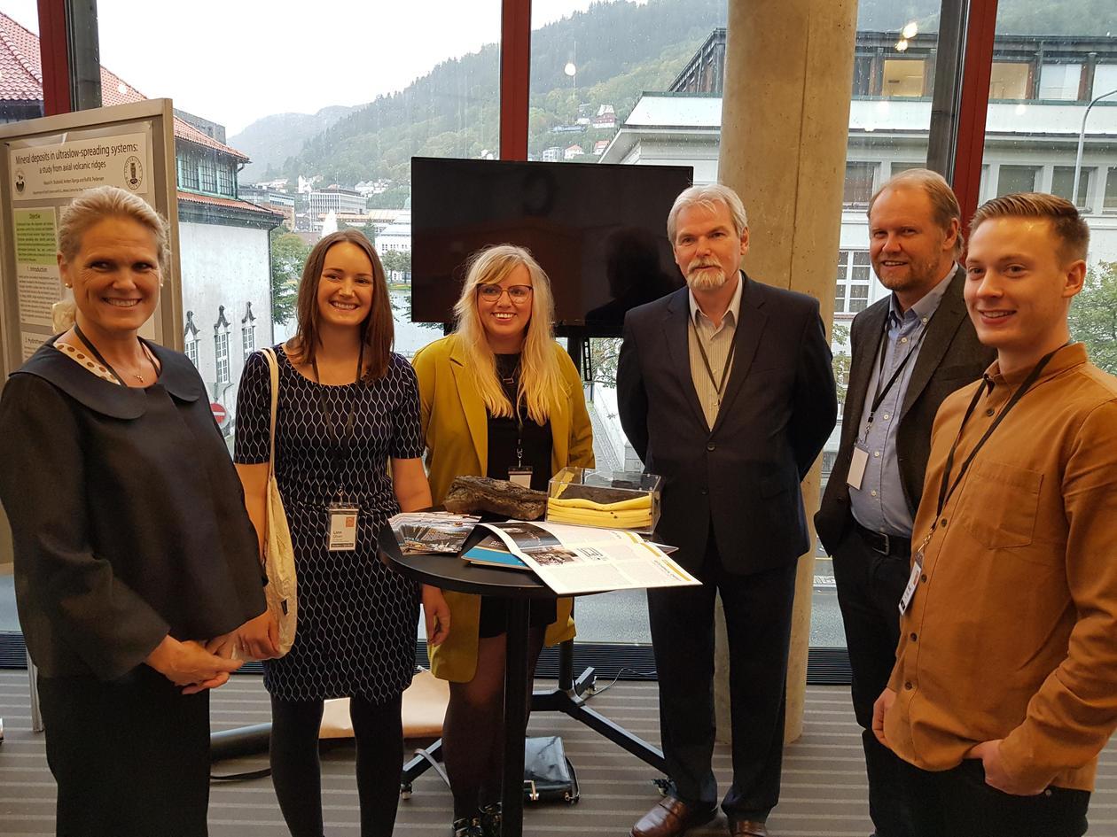 :  Ingvil Smines Tybring-Gjedde, State Secretary OED, Linn Merethe Brekke Olsen (UiB), Ida Marie Gabrielsen (UiB), Dag Bering (NPD), Rolf B. Pedersen(UiB) and Håvard Stubseid (UiB), with marine mineral samples taken by UiB (to the left) and NPD (to the ri