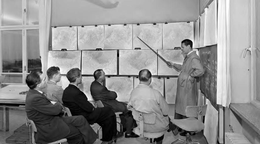 From 1949, Norwegian Meteorological Institute held weather chart discussions twice a week. They went through the long time forecast and evaluated how the forecasts matched the observations of the weather. (Photo: Leif Ørnelund. The picture belongs to Oslo