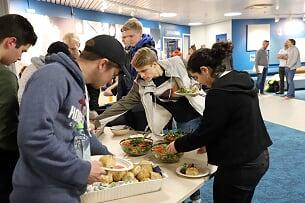 Elever forsyner seg av lasagne