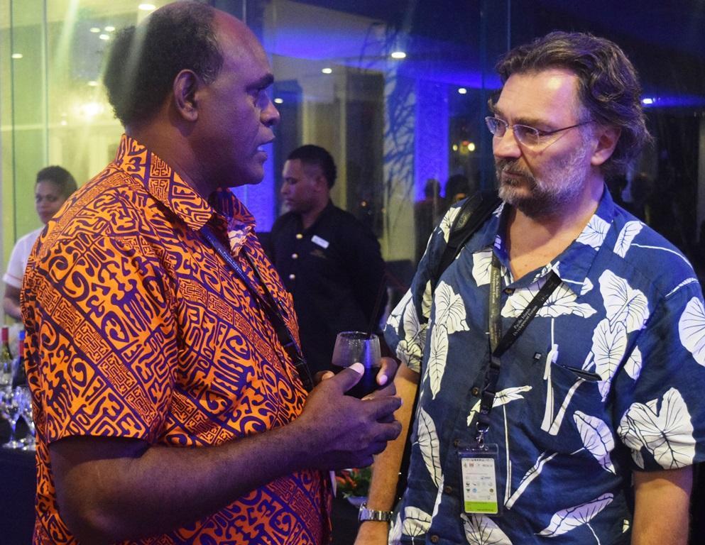 Edvard Hviding (til høyre) i samtale med fiskeriminister John Maneniaru fra Salomonøyene, på et toppmøte i Fiji for Stillehavets statsledere – også en arena for antropologisk feltarbeid om hav- og klimadiplomati.