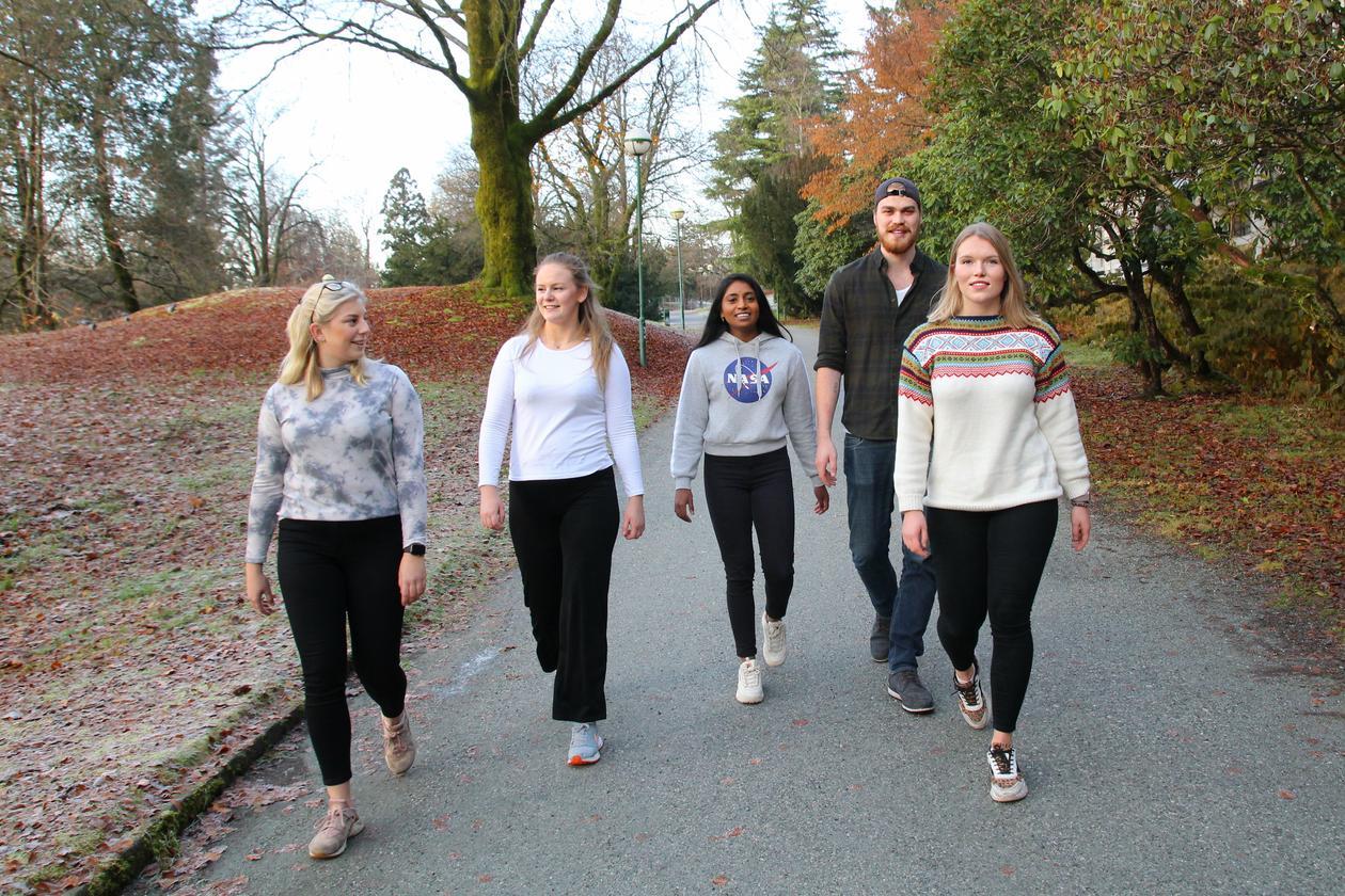 Studenter i Nygårdsparken, like ved Realfagbygget i Bergen