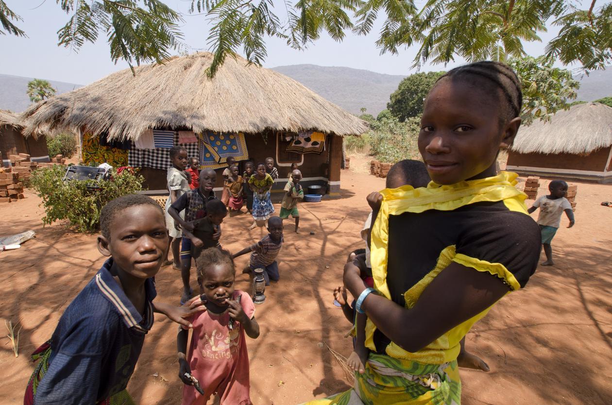 En ung jente med en baby i Talpia i Zambia, brukt som illustrasjonsfoto til sak om global helse.