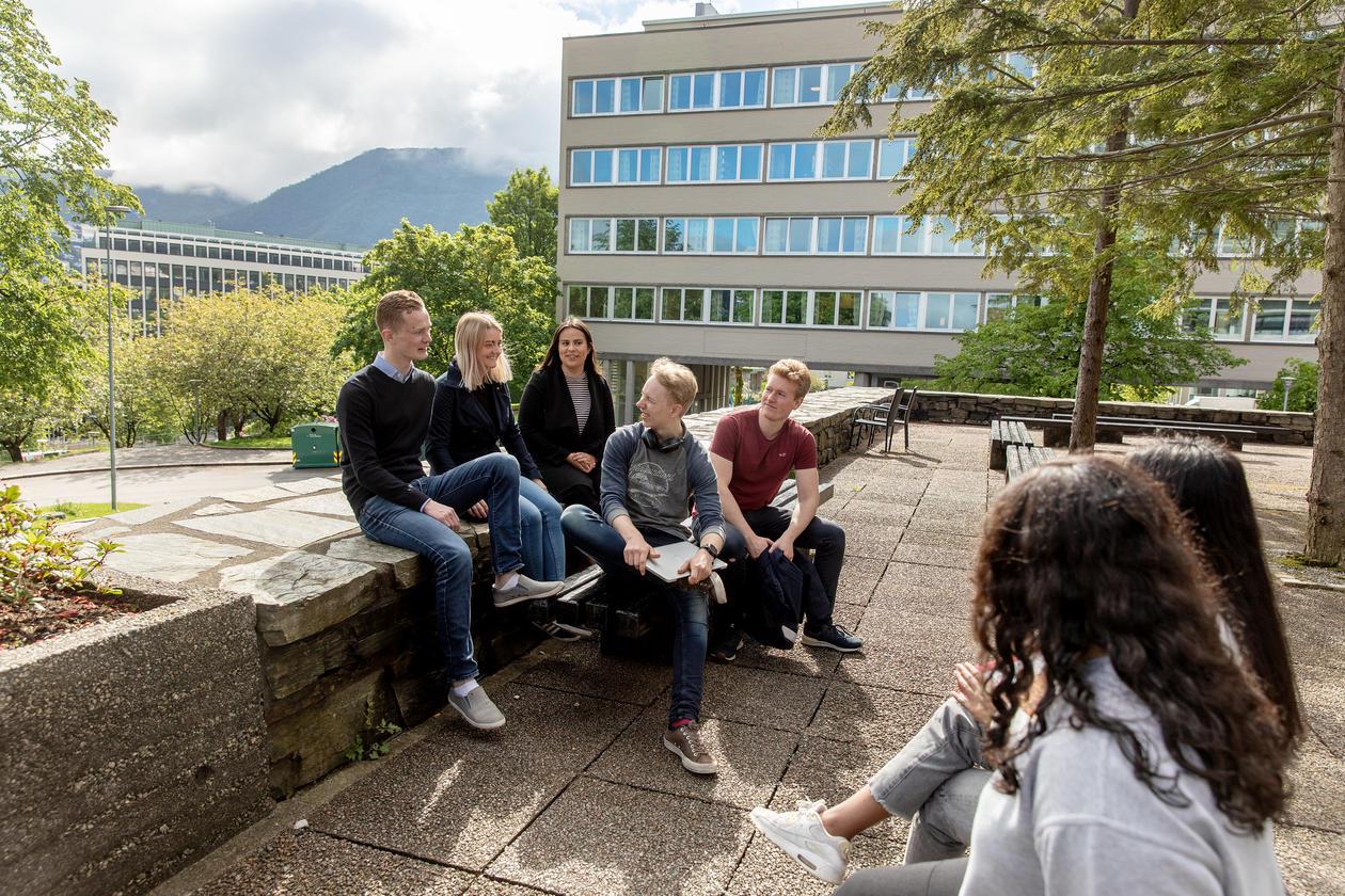 Studenter samlet utenfor realfagbygget i sola