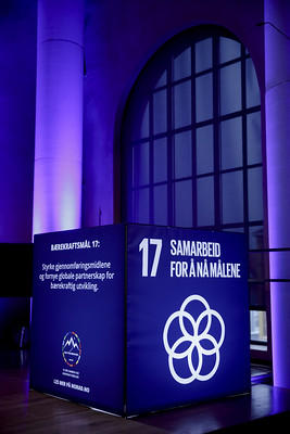 Cube with logo of SDG17, Partnerships for the Goals.
