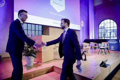 Rector Dag Rune Olsen greeting Minister Nikolai Astrup from the Government of Norway during the opening of the SDG Conference Bergen in February 2020.